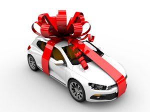 Осмотр нового автомобиля перед покупкой в автосалоне